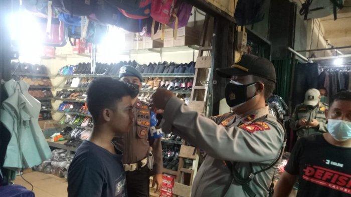 Polsek Indralaya Bagi-bagi Masker dan Sosialisasi Protokol Kesehatan di Pasar Tradisional