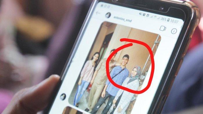 Seorang teman Vera Oktaria menunjukkan foto Prada DP dan Vera Oktaria saat foto bersama. (LIBERTO)