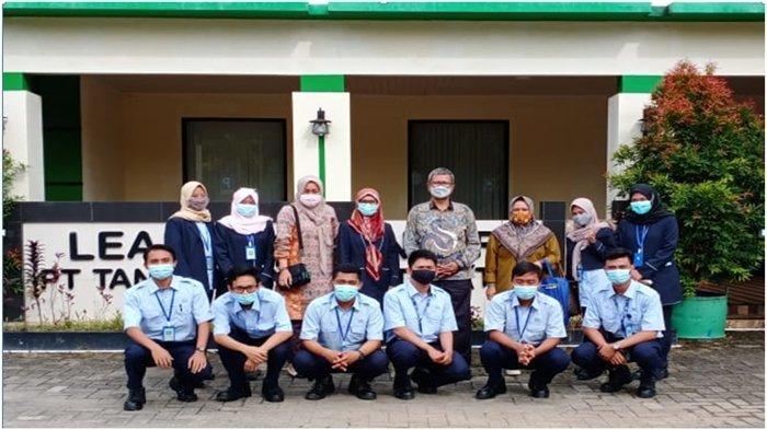 Program beasiswa untuk putra-putri yang berasal dari desa-desa sekitar perusahaan  diberikan PT TeL.