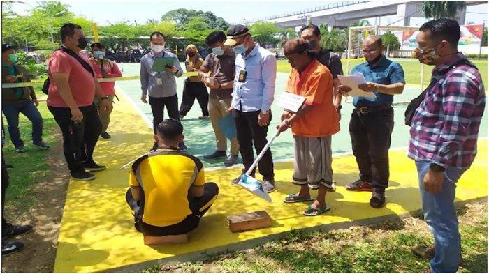 Rekonstruksi Pembunuhan Tetangga Pakai Cangkul di 5 Ulu, Begini Cara Tersangka Habisi Nyawa Korban