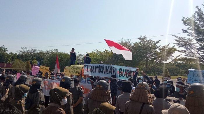 Protes Hasil Sengketa Pilkades, Kantor Bupati OKU Timur Didemo