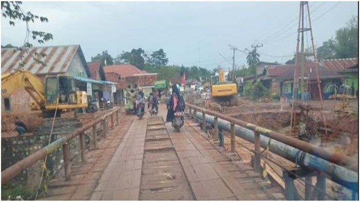 Petugas Siaga di Lokasi Proyek Jembatan Air Golf dan Air Beracung PALI, Urai Kemacetan