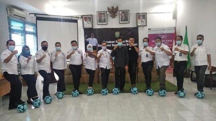 Dukung Sejuta Bola Gubernur Sumsel, PT Nikan Persada Group Serahkan 200 Bola ke Dispora Sumsel