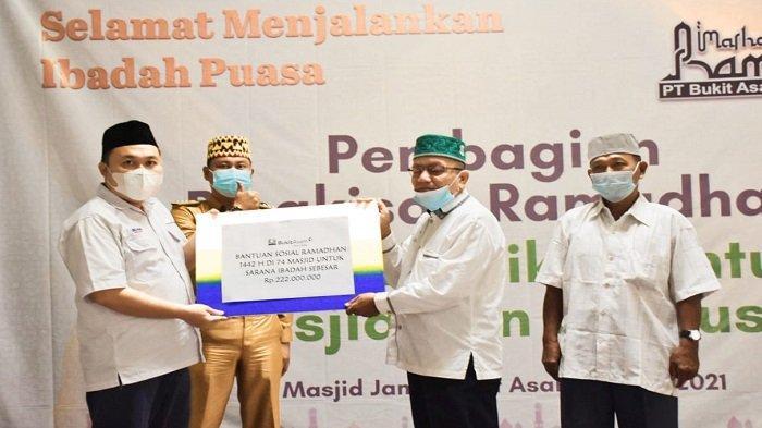 Bantuan  PT. Bukit Asam Tbk (PTBA) memakmurkan 74 masjid dan 64 musholla dengan memberikan bingkisan Ramadhan 1442 Hijriah yang secara simbolis dipusatkan di masjid Jamik Bukit Asam Tanjung Enim, Senin (12/4/2021).