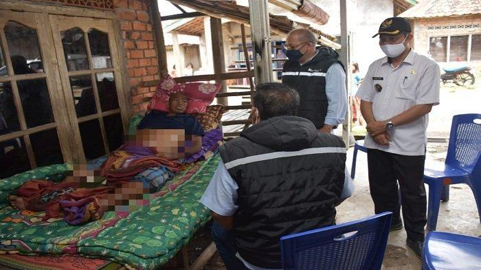 PTBA dan Pemdes Ujanmas Ulu Bantu Biaya Berobat Sahri