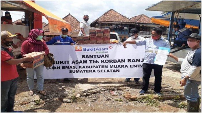 Terima Bantuan PTBA, Kades Ujanmas Baru: Kami Mengharapkan Bantuan Semua Pihak Terutama Sembako