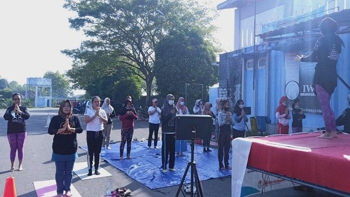 KAPHA Yoga Indonesia Yoga School Palembang Mengadakan Senam Bersama di Kota Kayuagung OKI - puluhan-orang-yang-mengikuti-senam-yang-digelar-kapha-yoga-indonesia-yoga-school-palembang.jpg