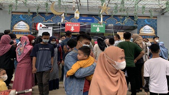 Disebut Tutup Lebih Awal, Pengunjung PS Mal Masih Rela Antre Panjang di Depan Lobby