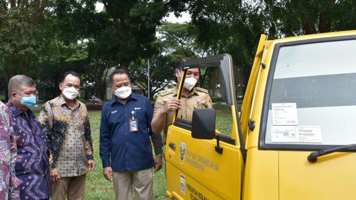 Peduli Lingkungan, Pusri Serahkan Bantuan Mobil Pengangkut Sampah