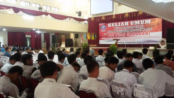 Ratusan Mahasiswa UIN Menunggu Kedatangan Puan Maharani
