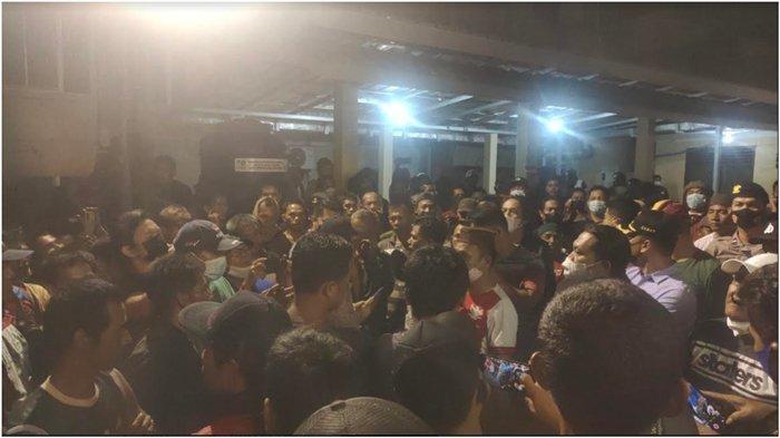 Ratusan Warga Geruduk Polsek Lawang Kidul Semalam, Minta Bebaskan Penambang Rakyat yang Ditahan