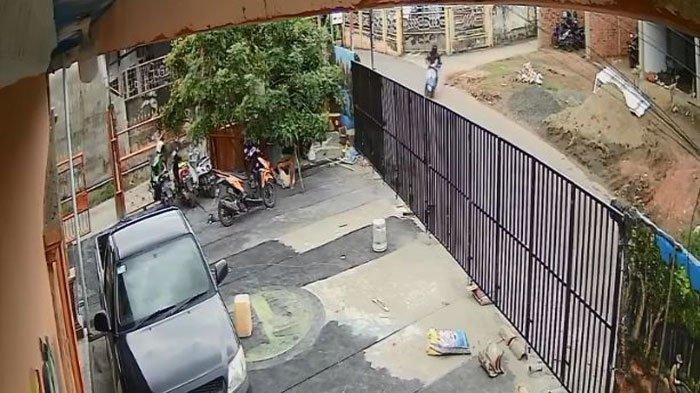 Rekaman CCTV seorang pria bermotor menculik anak berusia 4 tahun di di Jalan S Suparman, Lorong Citra Damai 1, Kecamatan Sukarami Palembang, Jumat (19/2/2021), sekitar 12.57 WIB.