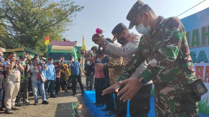 Jelang Hari Raya Idul Fitri, PTBA Serahkan Rumah Baru Bagi 188 KK Terkena Relokasi
