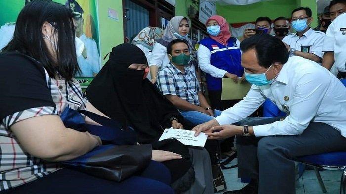 Kehilangan Suami dan Dua Keponakan Saat Kebakaran di Prabumulih, Siti Menangis Diberi Bantuan Ridho