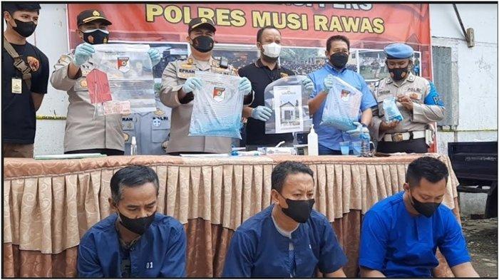 Ratusan Karung Pupuk Palsu Beredar di Musi Rawas, Tak Larut Dicampur Air, Polres Amankan 3 Pelaku