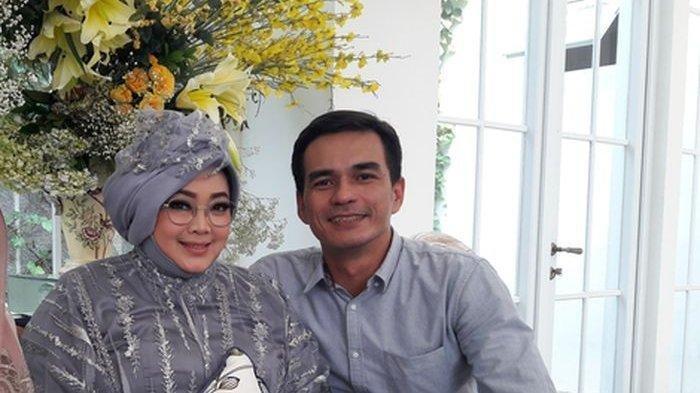 Rina Gunawan dan Teddy Syach, suami. Rina Gunawan dikabarkan meninggal dunia, Selasa (2/3/2021) sore. Rumah Rina Gunawan di Sentul City tidak ada aktifitas.