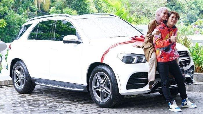 Bukti Cinta Rizky Billar ke Calon Istri, Ultah Lesti Kejora ke 22 Dapat Mobil Mercy Hingga Jam Mewah