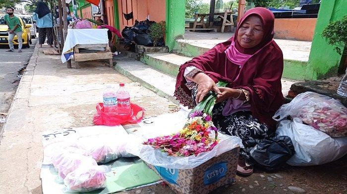 Cerita Rohani, 35 Tahun Jualan Bunga Tabur di TPU Kandang Kawat, Sekolahkan 7 Anak
