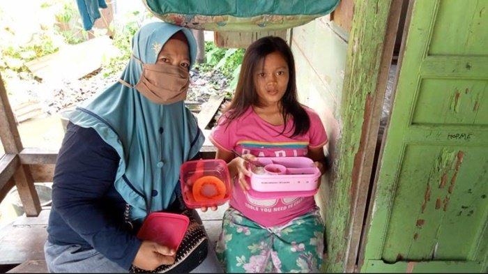 Pemberian makanan bergizi kepada Dinda, salah satu ibu hamil berpotensi melahirkan anak stunting di kelurahan 7 Ulu Palembang