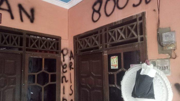BREAKING NEWS: Rumah Siti Nurliza Mahasiswi Bandar Arisan Online yang Kabur Dicoret-coret Korban
