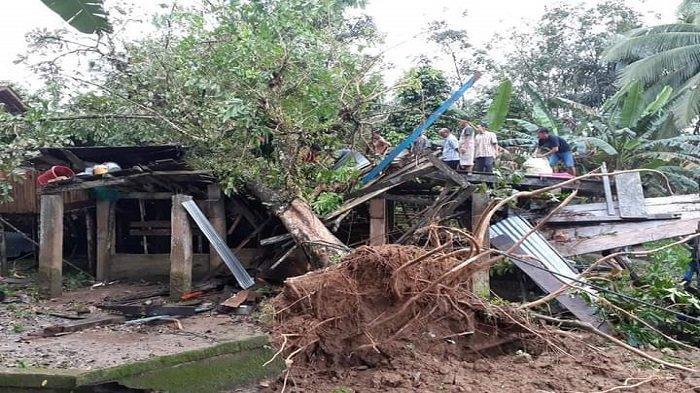 Yusdi Berpuasa Numpang di Rumah Keluarga, Rumahnya Hancur Ditimpa Pohon