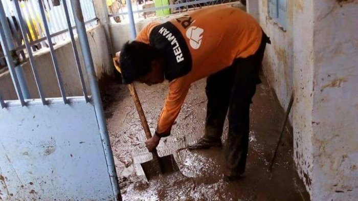 Rumah Zakat Turunkan Relawan Bantu Bersihkan Lumpur Sisa Banjir di Lampung