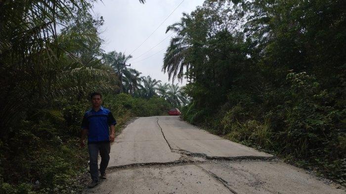 Belum Lama Dibangun Jalan Desa Sidomulya Sudah Rusak