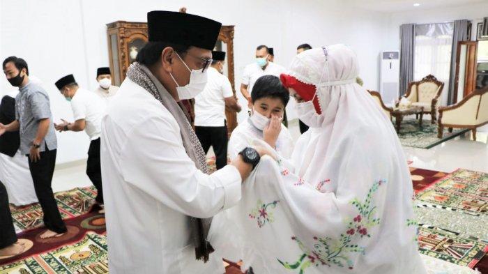 Pj. Bupati Gelar Sholat Idul Adha Terbatas Bersama Keluarga Di Rumah Dinas