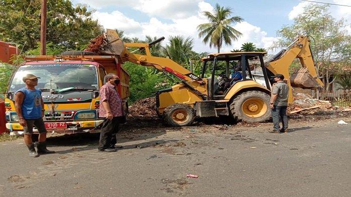 Alat Berat Diturunkan, Angkut Sampah di Pinggir Jalan Veteran Kecamatan Baturaja Timur OKU