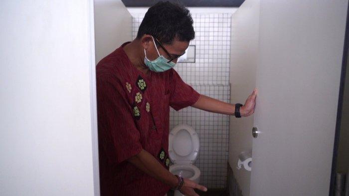Menteri Pariwisata dan Ekonomi Kreatif (Menparekraf) Sandiaga Salahuddin Uno memamerkan toilet yang disebutnya terbaik se-Indonesia, Mandalika, NTB, Sabtu (16/1/2021).