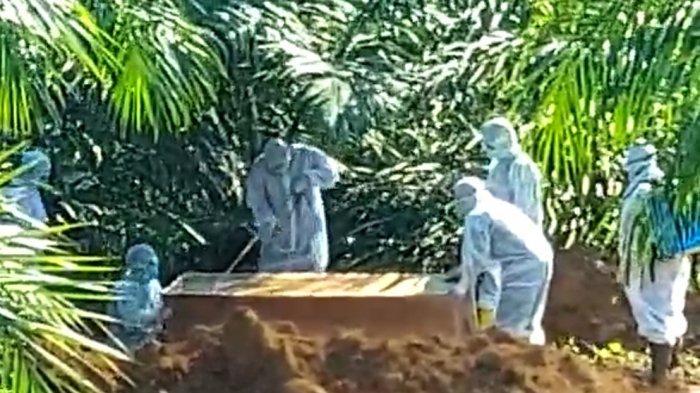 Prosesi Pemakaman Satu Warga Lahat Berstatus PDP di Lahan Kebun Sawit, Pakai Prosedur Covid-19