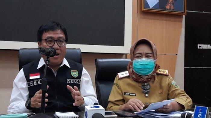 Sekda Provinsi Sumsel, Nasrun Umar didampingi Kepala Dinas Kesehatan Provinsi Sumsel, Lesty Nuraini pada konferensi pers usai Rapat Koordinasi Penegakan Disiplin Protokol Kesehatan dan Penanganan Covid-19 di Daerah di Aula Bina Praja, Senin (3/5/2021).