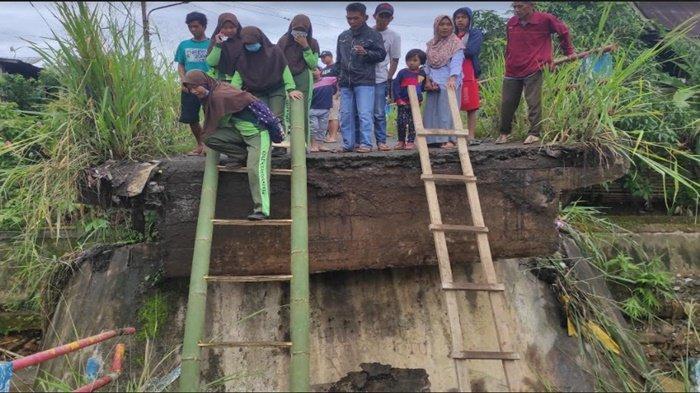 Jembatan Air Bayau di Empatlawang Putus, Warga Pasang Tangga Darurat dari Bambu Untuk Menyeberang
