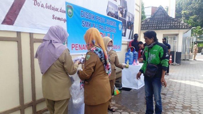 Cegah COVID-19, Siswa SMKN 3 Palembang Bagi-bagi Masker Kain dan Hand Sanitizer Buatan Sendiri