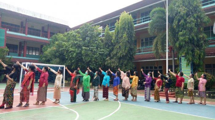 Peringati Sumpah Pemuda, Guru SMPK Frater Xaverius 1 Palembang Kenakan Pakaian Adat