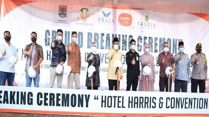 Wali Kota Lubuklinggau, SN Prana Putra Sohe meletakan batu pertama pembangunan Hotel Harris & Convention Hall di Kelurahan Jogoboyo Kecamatan Lubuklinggau Utara ll. Jumat (12/2/2021).