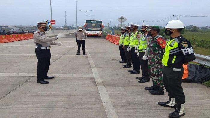 Satlantas Polres Ogan Ilir Gelar Operasi Penyekatan dan Sosialisasi Prokes di Gerbang Tol Kramasan