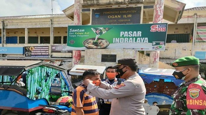 PPKM Level 3, Polsek Indralaya Sosialisasi Prokes dan Bagikan Masker di Pasar Indralaya Ogan Ilir