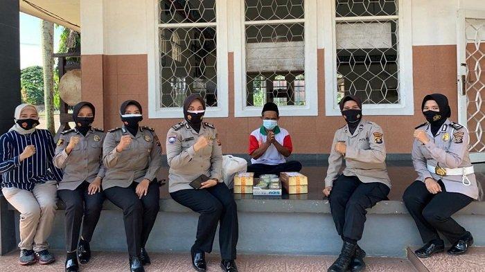 Srikandi Polres Ogan Ilir melaksanakan bakti sosial dengan membagikan takjil untuk berbuka puasa Masjid Nurul Hikmah di Kecamatan Indralaya Utara.