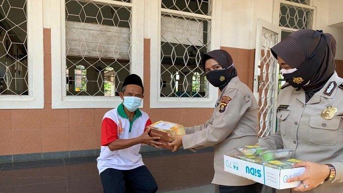 Srikandi Polres Ogan Ilir Bagi-bagi Takjil kepada Warga dan Jamaah Masjid