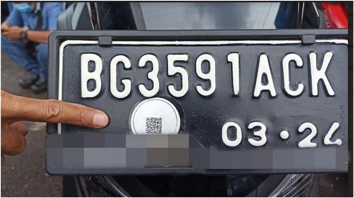 Kendaraan dengan plat nomor Palembang yang sudah lunas membayar pajak kendaraan bermotor dipasang stiker, Jumat (26/2/2021).