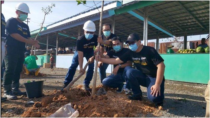 PTBA Tanam Puluhan Pohon Tabebuya dan Bagikan Puluhan Kotak Sampah