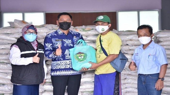 PTBA Berikan Bantuan Beras Sebanyak 44 Ton untuk Masyarakat Terimbas PPKM - suasana-penyerahan-bantuan-beras-untuk-masyarakat-yang-terdampak-covid-19-dari-manajemen-ptba-1.jpg