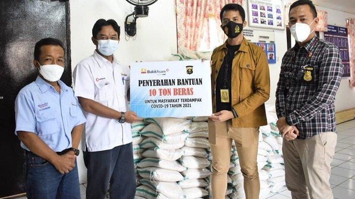 PTBA Berikan Bantuan Beras Sebanyak 44 Ton untuk Masyarakat Terimbas PPKM - suasana-penyerahan-bantuan-beras-untuk-masyarakat-yang-terdampak-covid-19-dari-manajemen-ptba.jpg