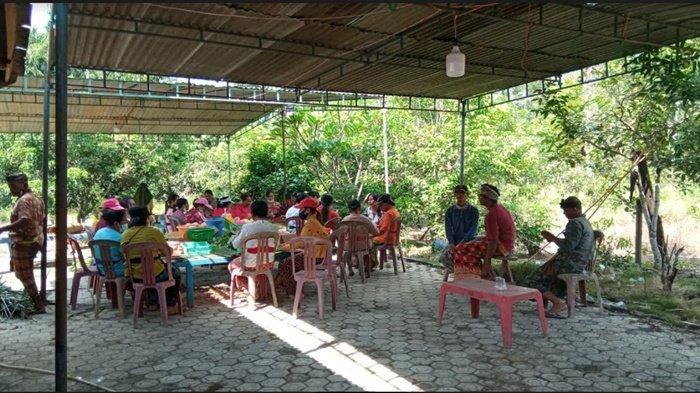 Suasana rumah duka kediaman orang tua Bharada I Komang Wiranata anggota Brimob yang gugur di Papua di Desa Tegal Besar Belitang II Kabupaten OKU Timur, Selasa (28/4/2021).