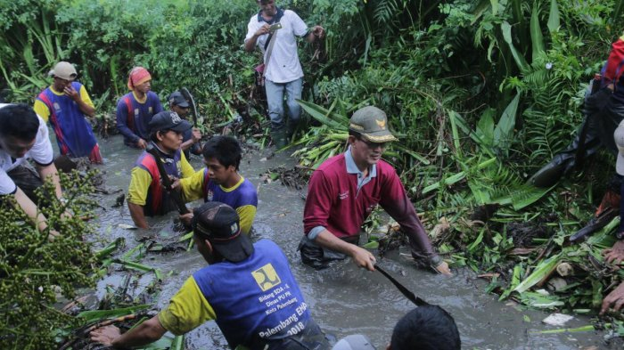 Walikota Palembang Harnojoyo Terjun Langsung Bersihkan Sungai Beton, Masyarakat Tersanjung