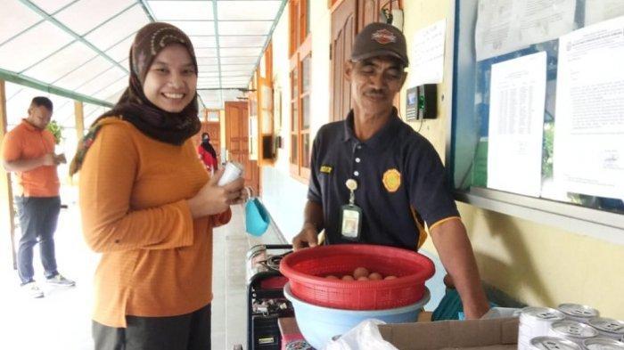 Cegah Covid-19, Pegawai SMK PP Negeri Sembawa Diberi Masker dan Suplemen