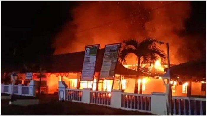 Kebakaran di Kantor Desa Batumarta VI OKU Timur Tadi Malam, Warga Teriak Putuskan Listrik