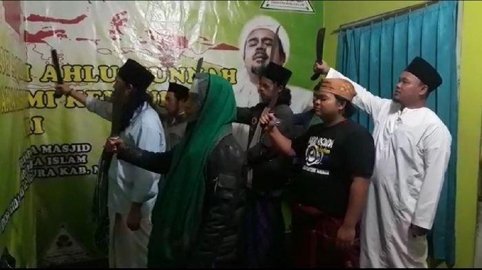 Tangkapan layar video, sejumlah orang yang diduga di Majalengka, sedang melafalkan azan dengan mengganti kalimat hayya alal sholah menjadi hayya alal jihad.