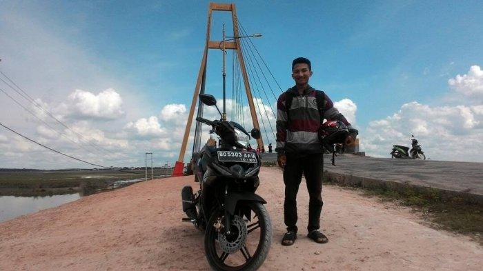 Jembatan yang merupakan ikon wisata Bumi Caram Seguguk, julukan Kabupaten Ogan Ilir (OI) ini dijadikan para pemudik untuk tempat beristirahat dan berswafoto.